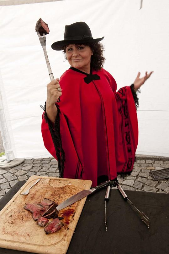 Zpěvačka byla nadšena lahodnými argentinskými steaky a náležitě si vychutnávala odpoledne plné tance a hudby.