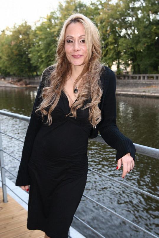 Lucia je zřejmě v sedmém měsíci těhotenství.