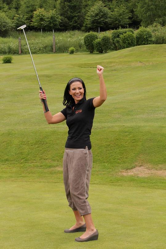 Léto trávila hodně na golfu.