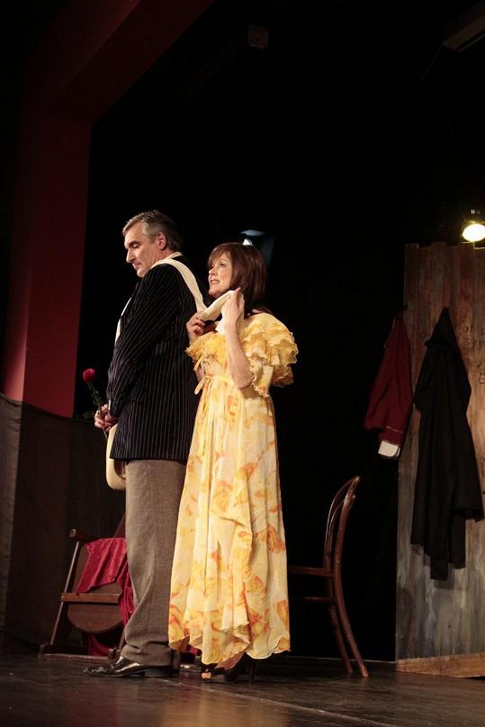 V jedné z povídek hry Hodný pan doktor Jarmila jako vdaná paní toká s Honzou Čenským.