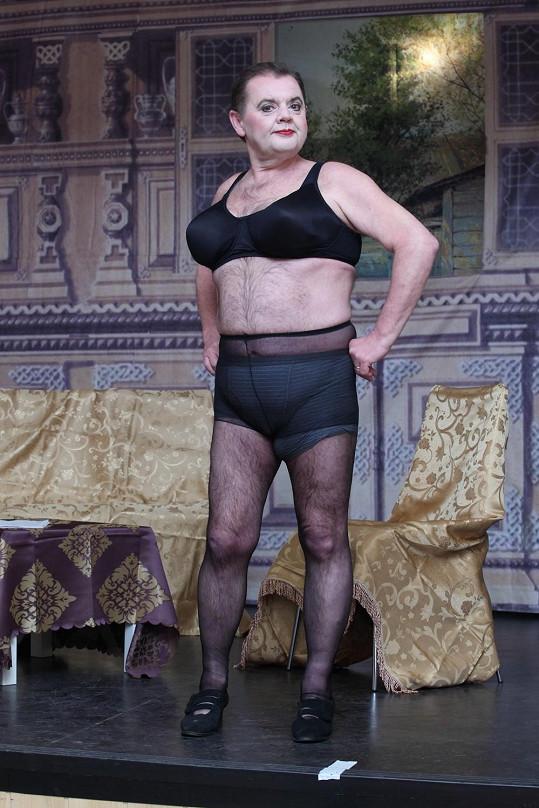 Mojmír Maděrič se v rámci divadelní role převlékl za ženu.