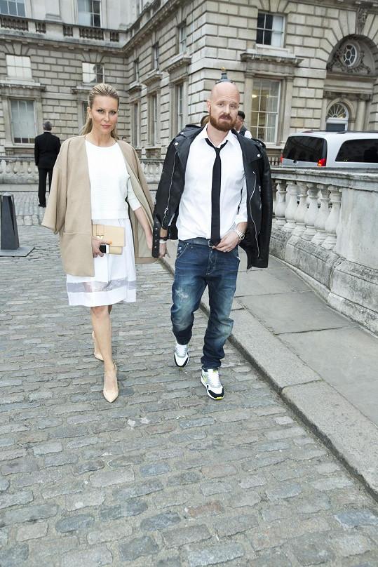 Simona a Karel přicházejí do Somerset House, kde se uskutečnila přehlídka.