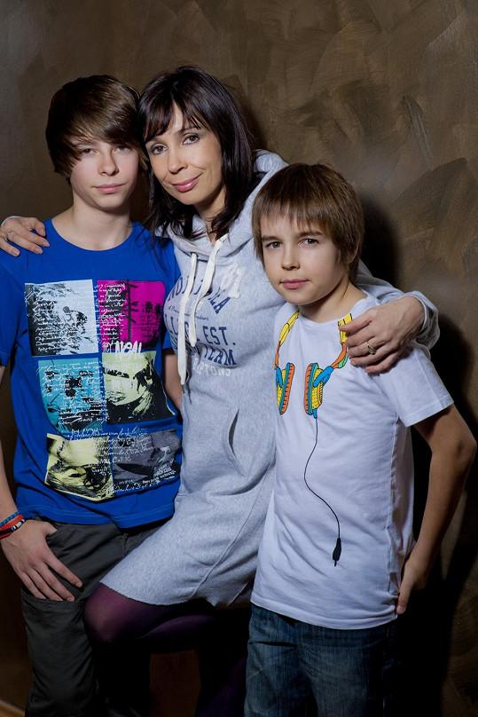 Nela Boudová si v seriálu Doktoři z Počátků zahraje se svým starším synem Andrejem (vlevo).
