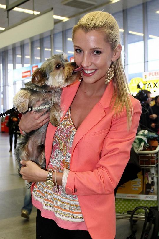 Andreu Kolářovou vítal její pes.