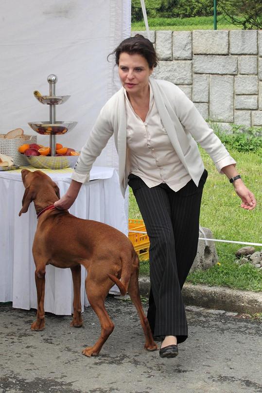 Herečka odháněla svého maďarského ohaře od rautového stolu.