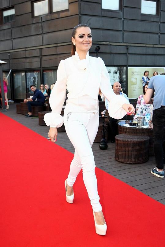 Česká Miss 2010 se představuje jako nová reportérka.
