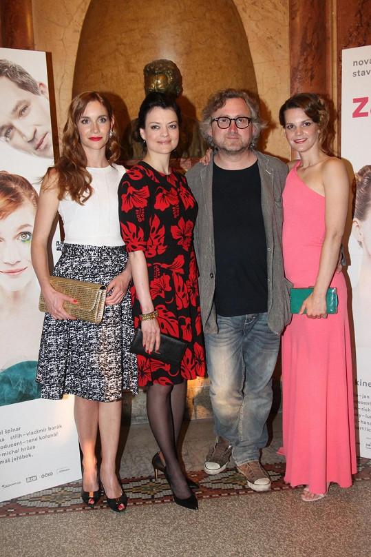 Režisér Jan Hřebejk v obklopení svých krásných hereček, zleva Hana Vagnerová, Jana Stryková a Zuzana Stavná