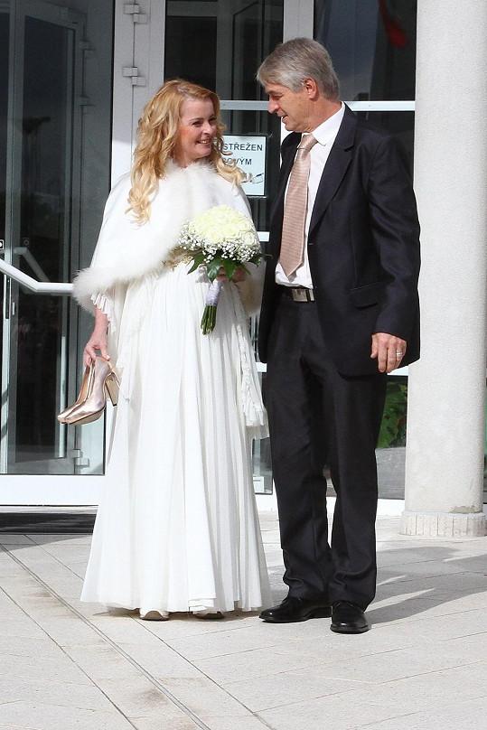 Iveta se opět vdávala v bílých šatech. Ač přibrala, slušelo jí to.