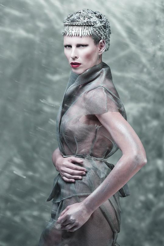 Diana dráždí fantazii silikonem vylepšenými ňadry.
