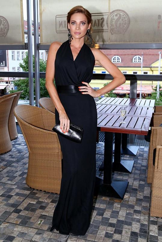 Andrea na večerní párty v luxusní róbě vypadala jako bohyně.