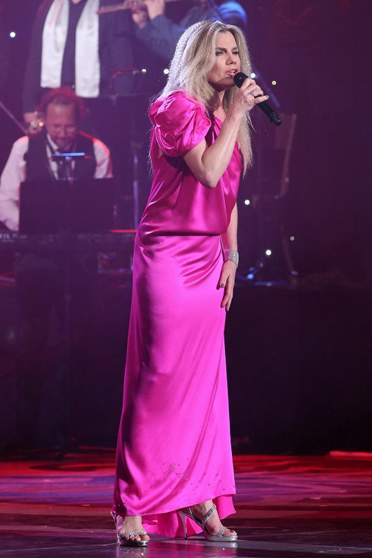 Na své druhé vystoupení si zpěvačka nezvládla upravit zkrepovatěné vlasy a účes zatížila pouze štrasovým diadémem, což v kombinaci s růžovou toaletou působilo dost dětinsky.