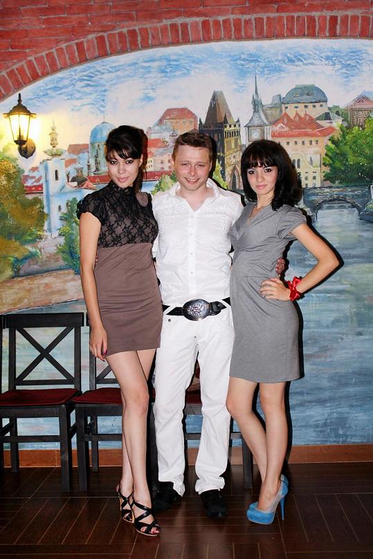 Jarek Šimek často s místními dívkami udržuje družbu.
