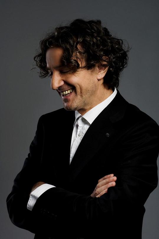 Věhlasný muzikant, kterého britský časopis Songlines ocenil jako nejlepšího umělce world music na světě, se po třech letech vrací do České republiky.