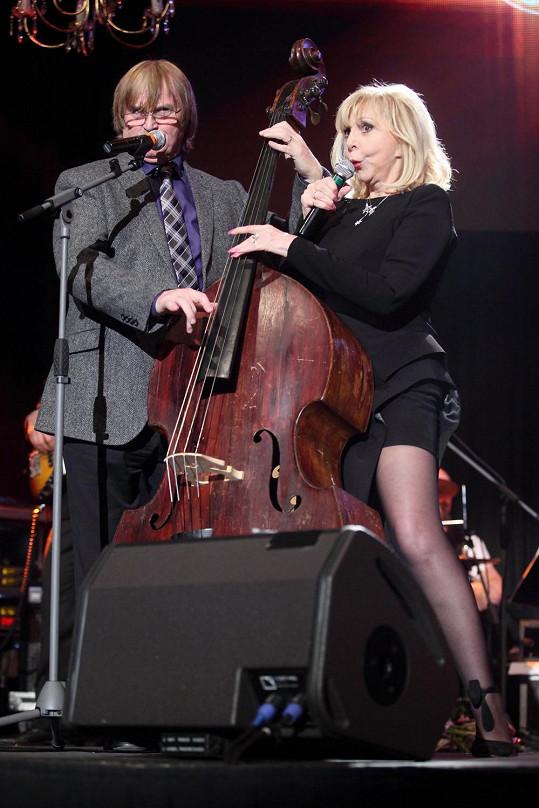 Hana Zagorová a Karel Vágner zpívají hitovku Hej, mistře basů.