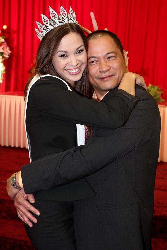 Monika v objetí s tatínkem.