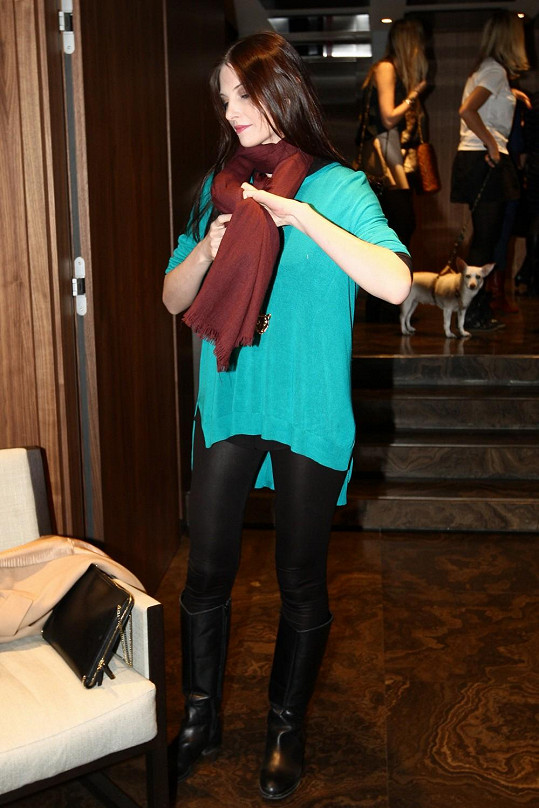 Iva nebyla úplně nadšená, když ji fotograf fotil vestoje.