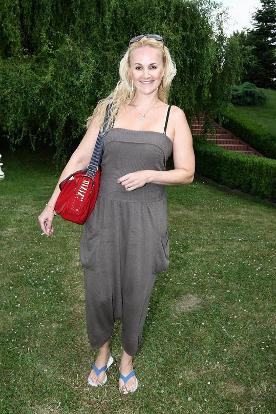 Linda Finková skrývá kila navíc pod plandavým oblečením.