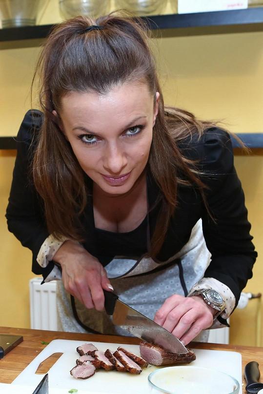 Alice Bendová ráda nechává nahlédnout do svého výstřihu.