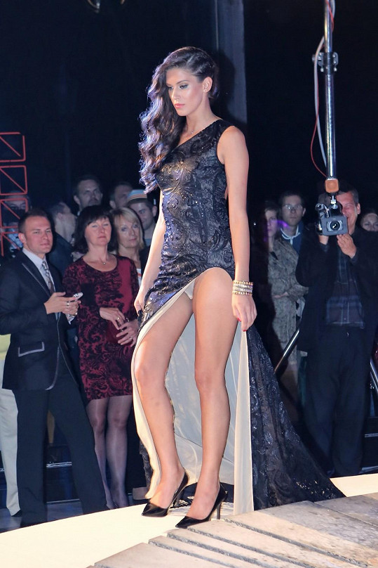 Aneta Vignerová pro změnu ukázala kalhotky.