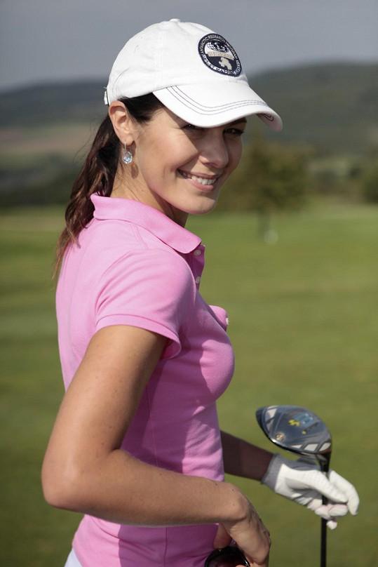 Na golfovém hřišti to Janě sekne.