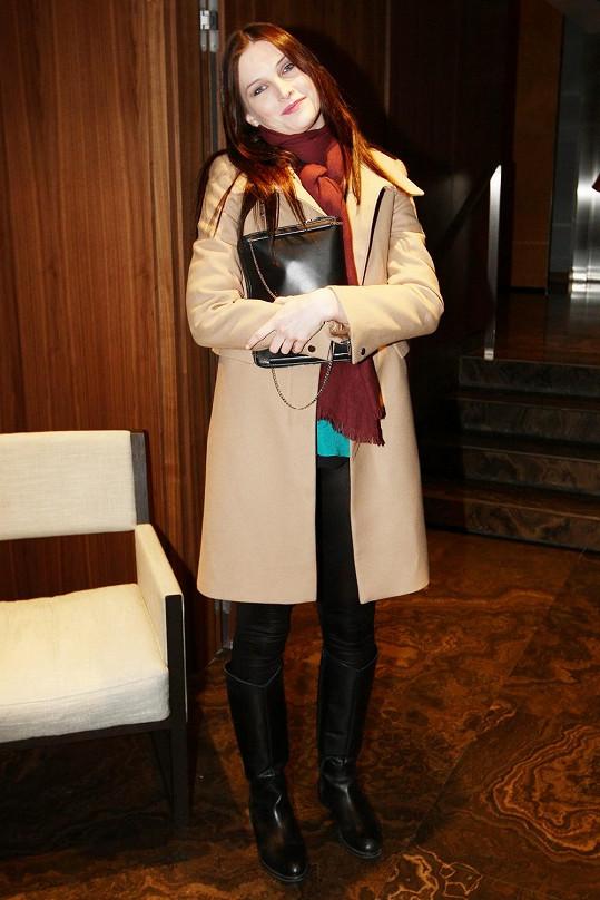 Když už se zahalila do kabátu, tak odevzdaně zapózovala.