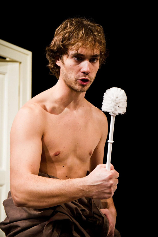 Filip Tomsa si zahrál se záchodovou štětkou.