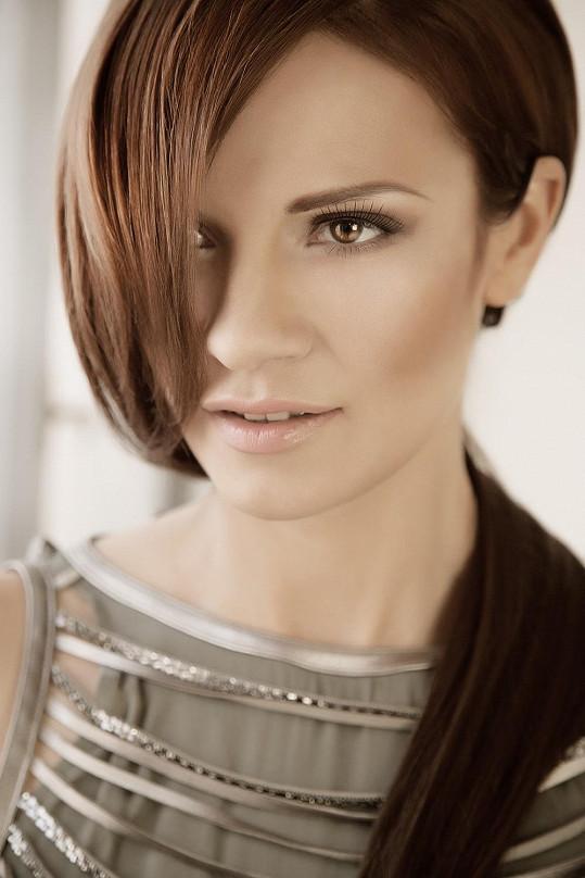 Ladida alias Linda Štěpničková se vrátila k původní hnědé barvě vlasů. Předtím experimentovala s blond.