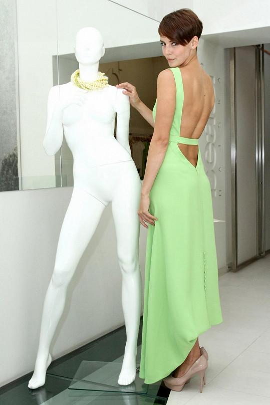 Šaty odhalující záda