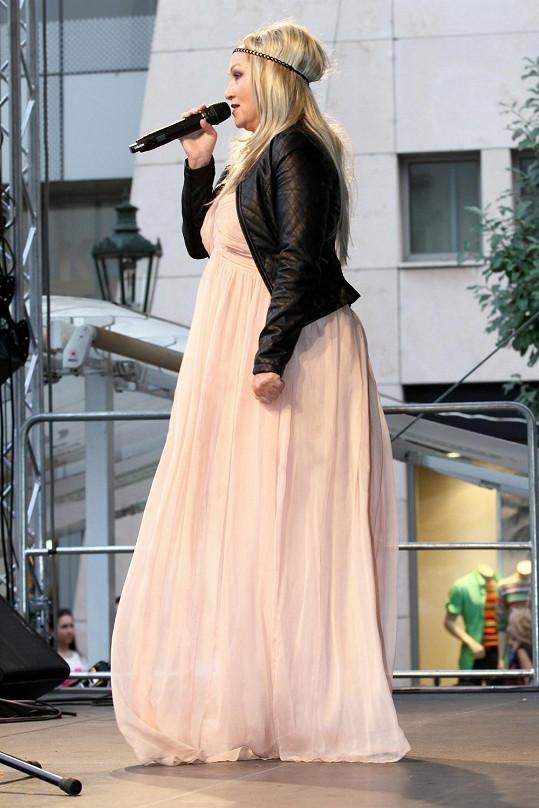 Bára Basiková a její mega šaty.