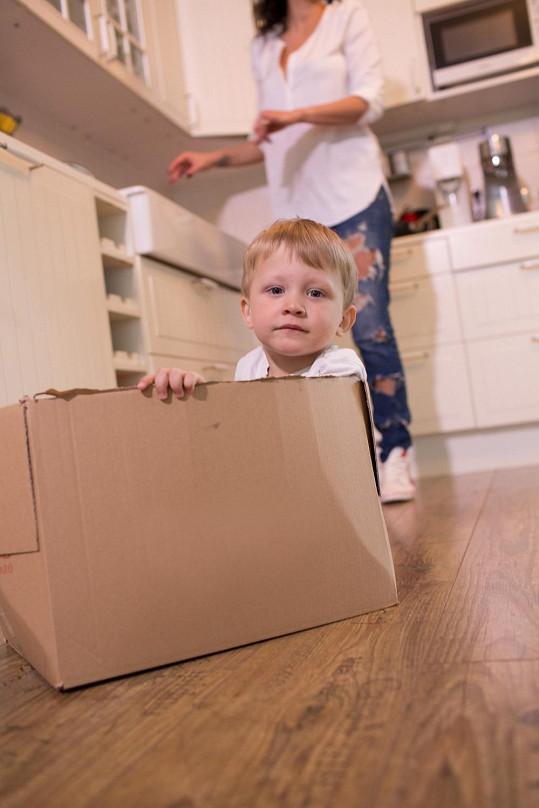 Když Kryšpín nepomáhal, tak si vlezl do krabice.