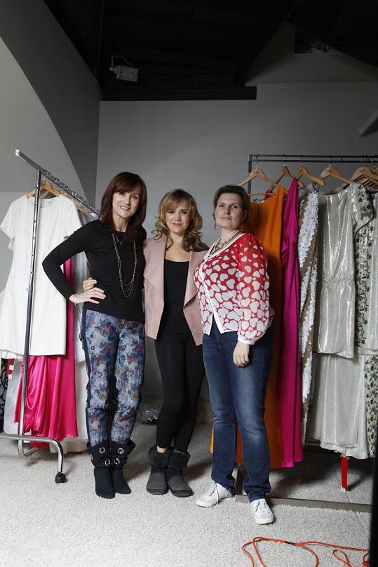 Při výběru šatů pochopitelně nemohla chybět modistka a Lucčina osobní stylistka Libka Safr.