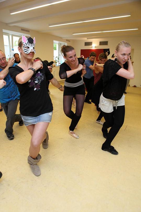 Tanečníci a company trénovali poprvé pohromadě, a to scénu z maškarního bálu. Mátlová vtipkovala, že přišla jako jediná připravená s maskou.