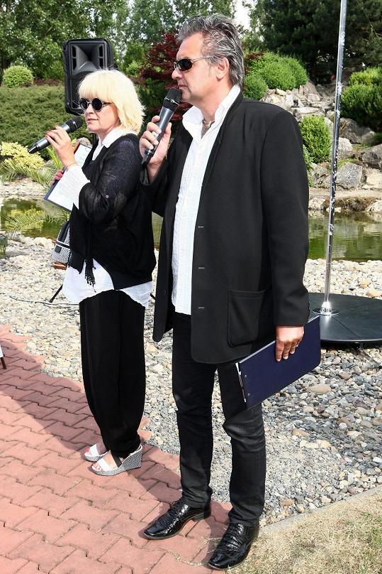 Stále moderuje ve dvojici s exmanželem Slávkem Bourou.