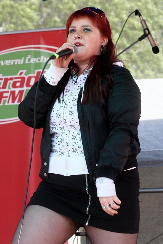 Leona Šenková zazpívala v nebezpečně krátké sukénce.