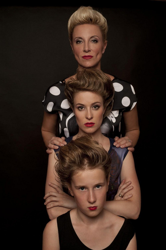 Renata s oběmi svými dcerami Natálkou a Karolínou naa archivním snímku