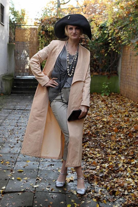 Iva Pazderková se oblékla do retro stylu.