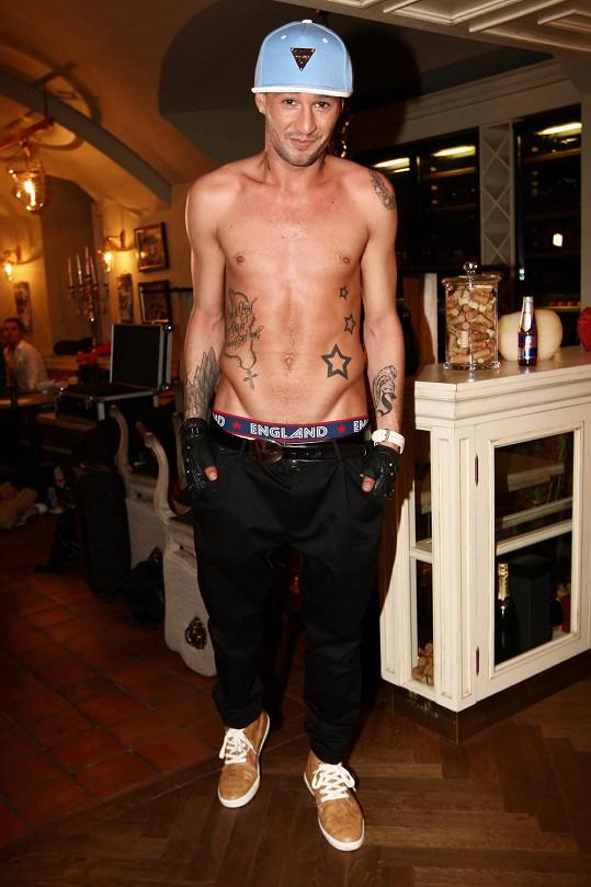 V zákulisí předvedl zpěvák tělo i tetování.