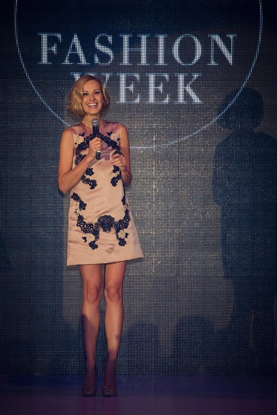 A toto je výsledek. Petra v šatech Dolce & Gabbana během závěrečného slova po přehlídce La Perla.