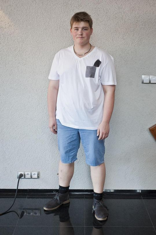 Adam si konečně vybral oblečení podle svého gusta.
