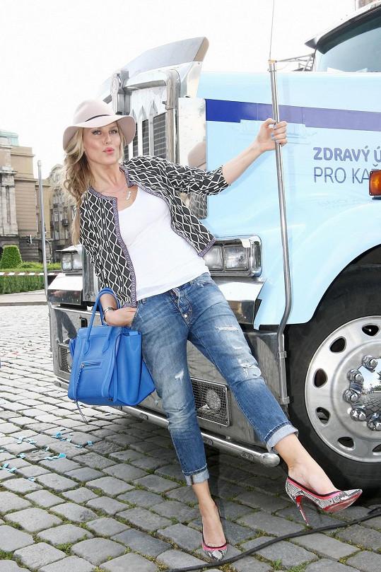Modelka Simona Krainová dostala za úkol pokřtít kamión žvýkaček, kde se bude provádět zubní osvěta.