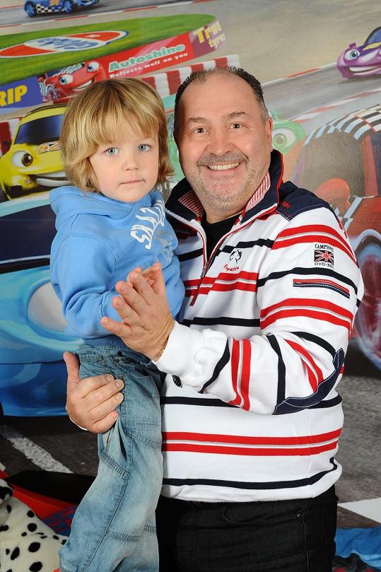 Michal David s vnukem, kterého s manželkou vychovávají.
