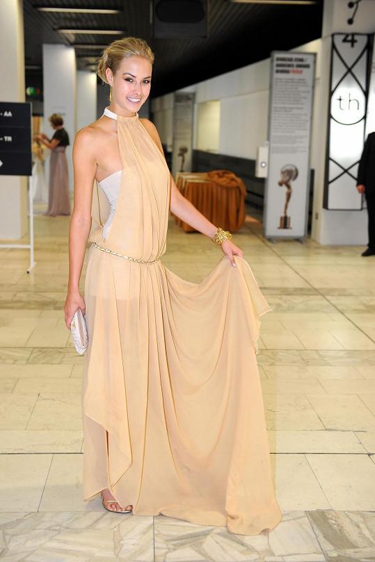 Simona Dvořáková ve zlatých šatech, které si sama navrhla.