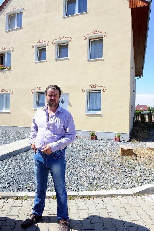 Macura před svým domem v Líbeznicích.