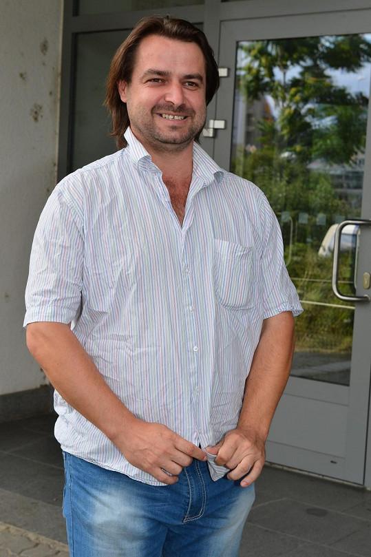 Před policií Macura protestoval proti zpěvaččinu výroku, že ji chtěli s Domenicem Martuccim rozprodat na orgány.