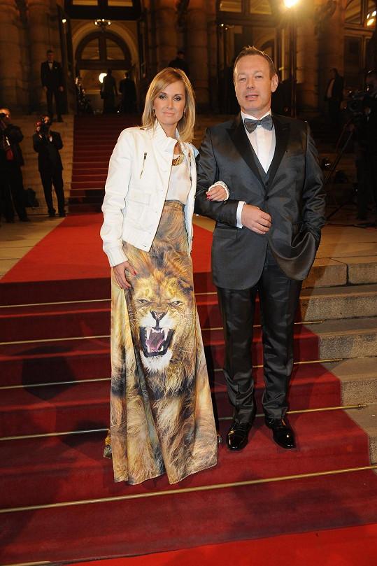 Michal Dvořák a jeho žena, dýdžejka Lucca, v podivuhodné kreaci.