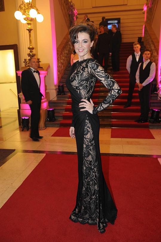 Oblečená neoblečená Iva v černých šatech s aranžovanou krajkou Emilio Pucci.