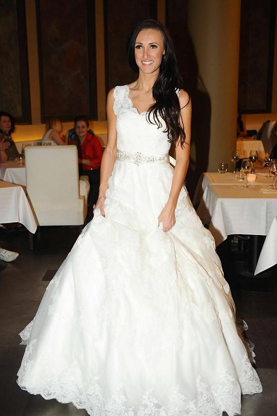 Ve svatebkách, ale sama by si vybrala jiný střih.