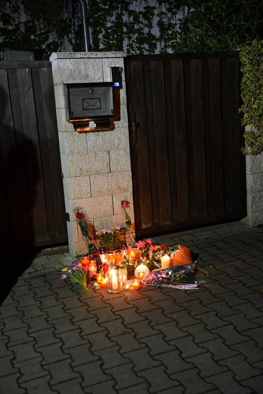 Lidé před jejím domem zapalovali svíčky.