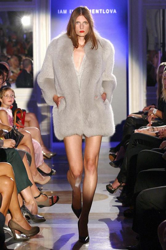 Modelky předvedly v kožíšcích své dokonalé postavičky.