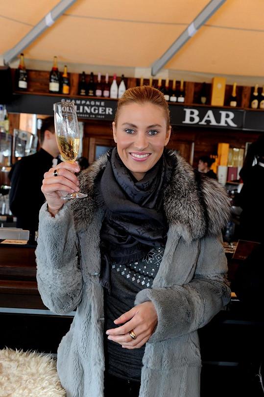 Po nealku si Průšová vychutnávala šampaňské, které popíjela v baru přímo u sjezdovky.